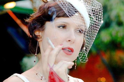 Образ невесты в стиле 30-х годов прошлого столетья.  Макияж - тонкая линия бровей, очень бледный цвет лица...
